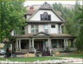 stary piętrowy dom na