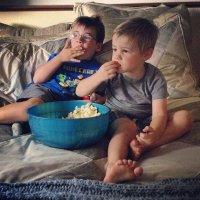 Dzieci oglądające telewizję