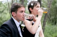 nowożeńcy piją piwo