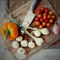 Nóż i warzywa na desce